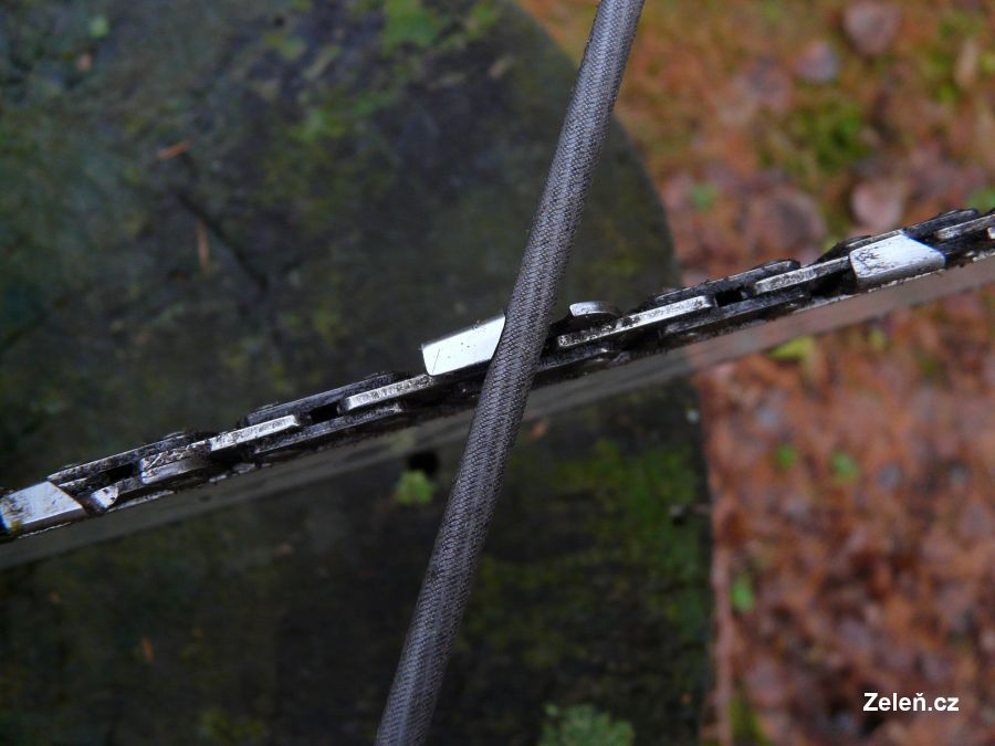 Pilník nasazený na zubu
